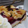 Quetschenkuchen mit Sahne (Madenburg)